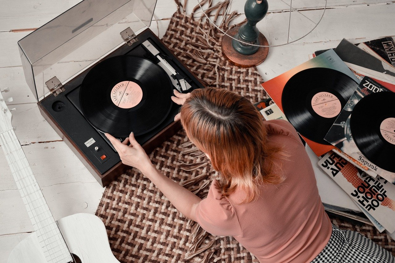How to connect record player to speakers